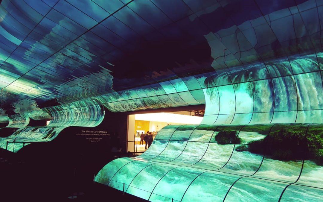 """Al CES di Las Vegas LG crea una """"cascata"""" di colore con l'installazione """"LG OLED Falls"""""""